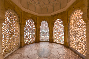 Perforated wall in the building of the palace in the Amber Fort at Jaipur, India. Fototapete