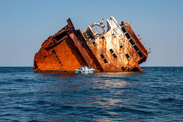 In de dag Schip old wreck ship in the sea