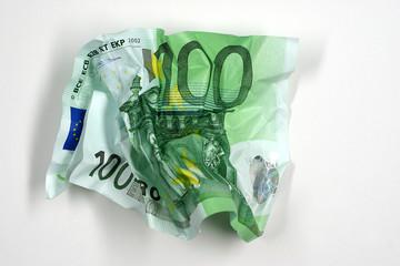 Zerknüllter 100-Euro-Schein.