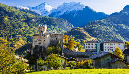 Impressive Alps mountains landmscape, beautiful valley of castles and vineyards - Aosta, northen Italy Fototapete