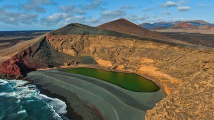 Fototapeten Kanarische Inseln Nos situamos en El Golfo, uno de los pueblos pesqueros que forman el municipio de Yaiza al oeste de la isla de Lanzarote, allí se encuentra uno de los lugares más reconocibles y famosos de la isla, el