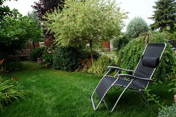 Pusty leżak na trawniku