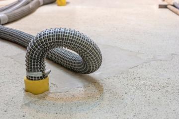 Gebäudetrocknung mit Saugverfahren mit Luftansaugschläuchen im feuchten Boden