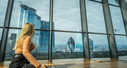 A woman enjoining the city view  at The Sky Garden  at 20 Fenchurch Street is a unique public space designed by Rafael Vinoly Architects. Fototapete