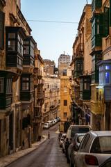 Fond de hotte en verre imprimé Londres bus rouge street with traditional balconies and old buildings in historical city Valletta Malta