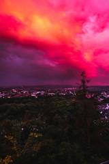 Fototapeten Rosa Dramatischer Abendhimmel blutrot eingefärbt über der deutschen Stadt Trier
