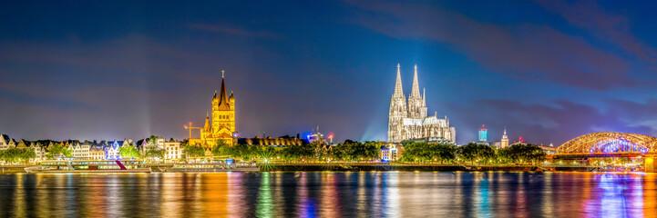 Skyline von Köln mit Kölner Dom und Rhein bei Nacht