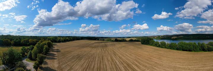 Frisch gepflügtes Feld in der Uckermark als Panoramafoto
