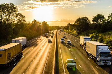 busy traffic on uk motorway road overhead view at sunset Fototapete