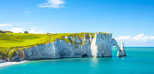 Photo sur Aluminium Piscine Picturesque panoramic landscape on the cliffs of Etretat. Natural amazing cliffs. Etretat, Normandy, France, La Manche or English Channel. Coast of the Pays de Caux area in sunny summer day. France