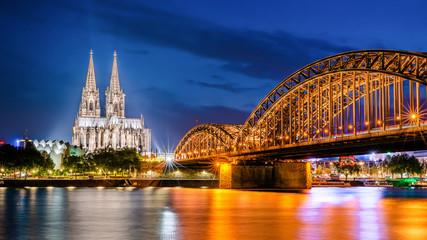 Köln mit Kölner Dom, Hohenzollernbrücke und Rhein bei Nacht