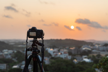沖縄の夕景 カメラでの撮影風景