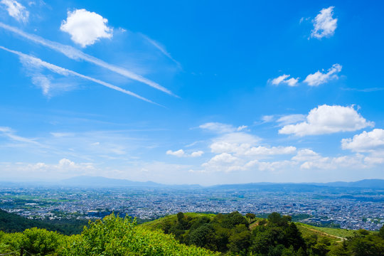 【写真素材】夏の若草山から見た奈良の街  青空 空 雲 夏の空 背景 背景素材 8月 コピースペース