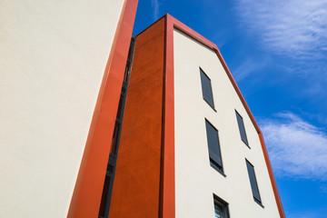 Architektur modern Fassade und Hausgiebel mit Aluminiumblech und Fenstern - Architecture modern facade and house gable with aluminum sheet and windows