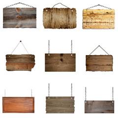 Set mit hängenden Holzschilder an Metallketten
