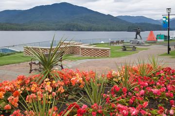 Stores à enrouleur Commemoratif Canada, British Columbia, Prince Rupert. Flowers decorate park next to waterfront.