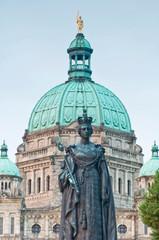 Poster de jardin Commemoratif Canada, British Columbia, Victoria, Statue of Queen Victoria in front of Provincial Legislature Building