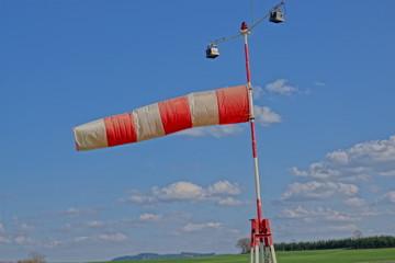 Windsack fast horizontal, stürmische Zeiten