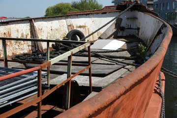 Wrack eines alten Fischerbootes auf der Warnow in Rostock