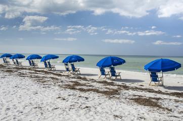 VS, Florida, Dunedin. Rij strandstoelen op het strand, Caladesi Island State Park.