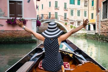 Türaufkleber Gondeln Female Tourist Enjoying The Gondola Ride