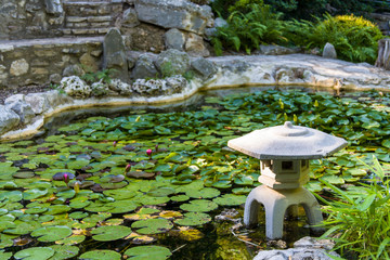 Stores à enrouleur Commemoratif USA, Austin, Texas, Zilker Botanical Garden, Japanese Garden, and water lily pond, Zilker Park.