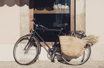 Photo sur Plexiglas Velo Old bicycle with a basket on a city street