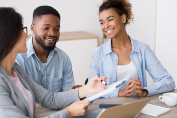 Gladful African American Couple Listening To Financial Counselor's Advice Fototapete