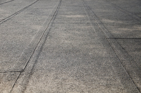 Flat roof covered with bitumen sheets
