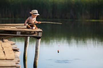 Photo sur Plexiglas Peche little boy fishing on the lake