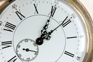 Taschenuhr zeigt fünf vor zwölf