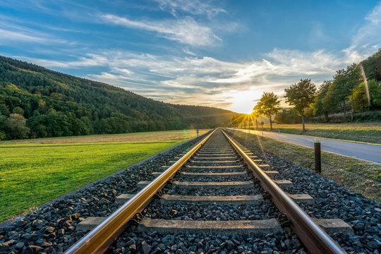 Bahnschienen im Gegenlicht