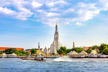 Tuinposter Bangkok Wat Arun Temple with long tail boat in Bangkok Thailand.