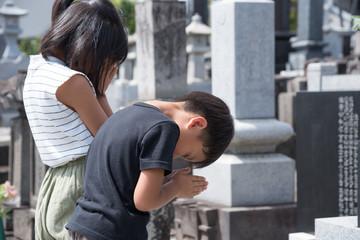 御墓参りをする子供