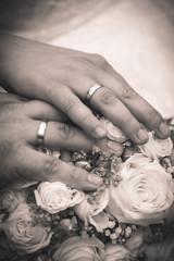 Brautstrauß und Eheringe, schwarzweiß