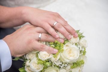 Brautstrauß und Eheringe