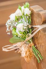 Hochzeitsdekoration an Kirchenbank