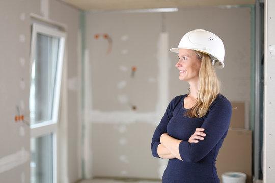 Architektin Ingenieurin Frau auf Baustelle