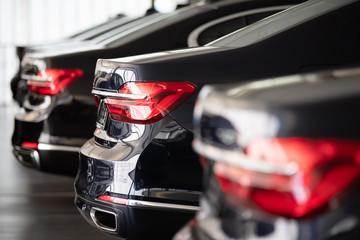 Autos in einer Reihe, Automobilindustrie  Fototapete
