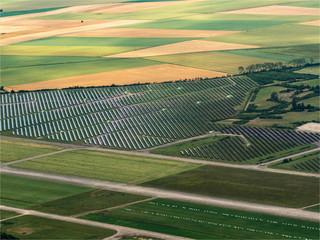 vue aérienne de panneaux solaires à Senonches dans l'Eure-et-Loir en France