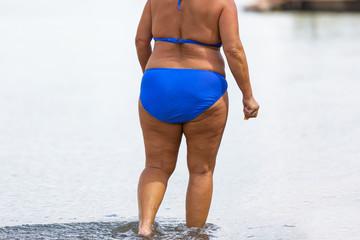Dicke Frau im Bikini