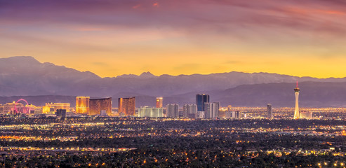 Fotomurales - Panorama cityscape view of Las Vegas at sunset in Nevada