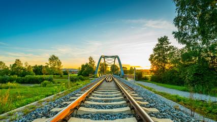 Montage in der Fensternische Eisenbahnschienen Sonnenuntergang