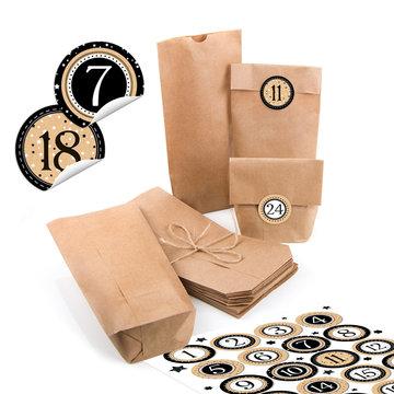 Selbstgemachter Adventskalender zum Befüllen mit Papiertüten und 1 - 24 Aufkleber isoliert