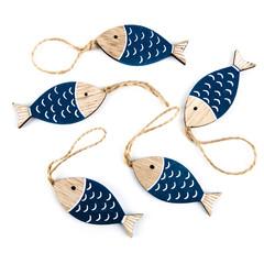 Holz Deko maritim: blaue natur Fische Anhänger auf weiß isoliert