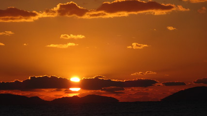 雲に隠れている夕日