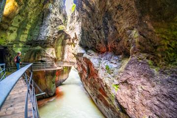 Zulaufende Felswände in der Aareklamm in der Schweiz