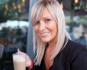 Hübsche Junge Frau mit Cafe