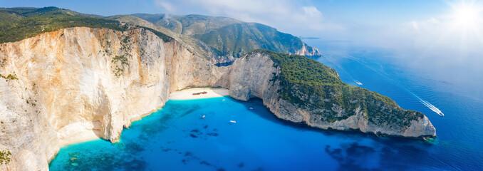 Panorama des berühmten Navagio Schiffswrack Strandes auf Zakynthos mit türkis blauem Meer, Ionische Inseln, Griechenland