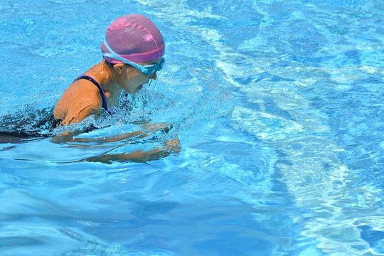 プールで泳ぐ女の子(平泳ぎ)